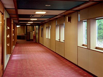 兵衛向陽閣-ヒマラヤ杉 渡り廊下.jpg