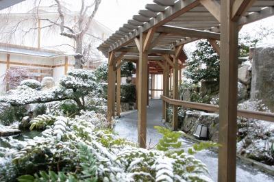 20140119雪の日三の湯庭園.jpg